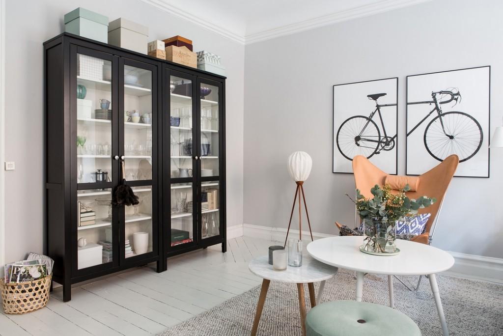 Стеклянный шкаф для посуды в скандинавской гостиной