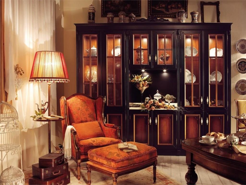 Интерьер гостиной с витриной из массива дерева