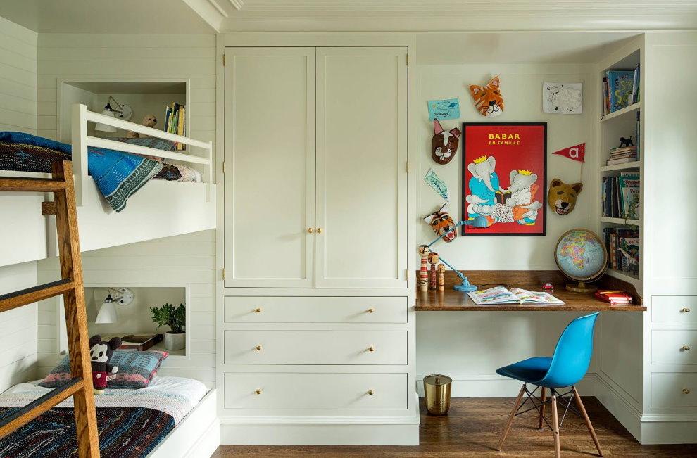 Встроенный стол между стеллажами с книгами