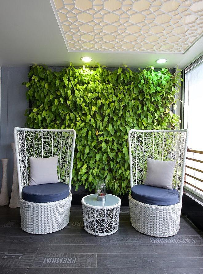Вертикальный сад на стене в зоне отдыха гостиной