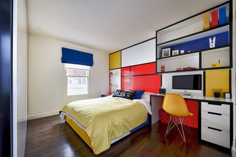 Яркие фасады корпусной мебели в комнате девочки