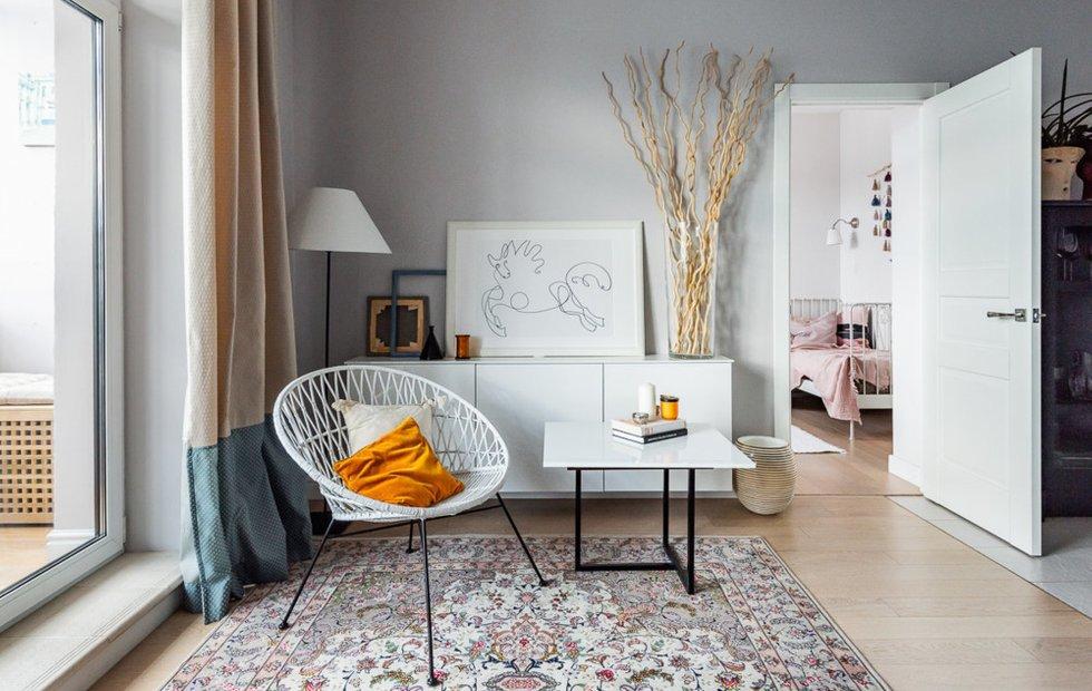 Яркая подушка в сетчатом кресле