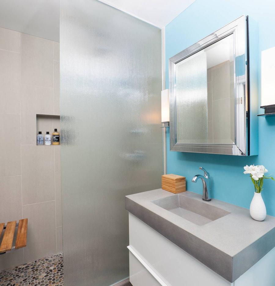 Голубая стена в маленькой ванной