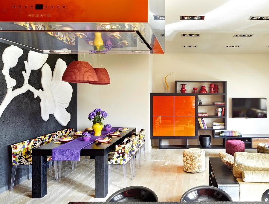 Яркие декоративные детали в квартире студии