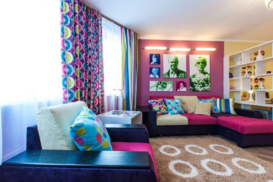 Яркие шторы в гостиной стиля поп-арт