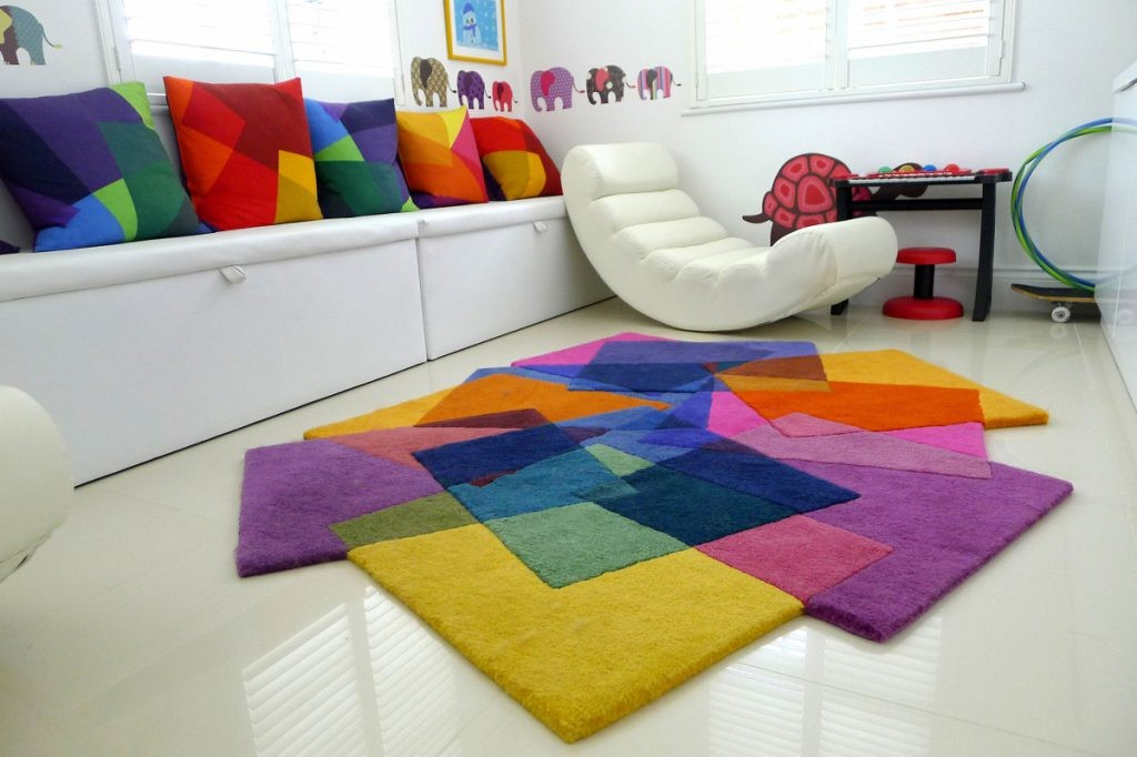 Яркие коврик в игровой зоне комнаты школьника