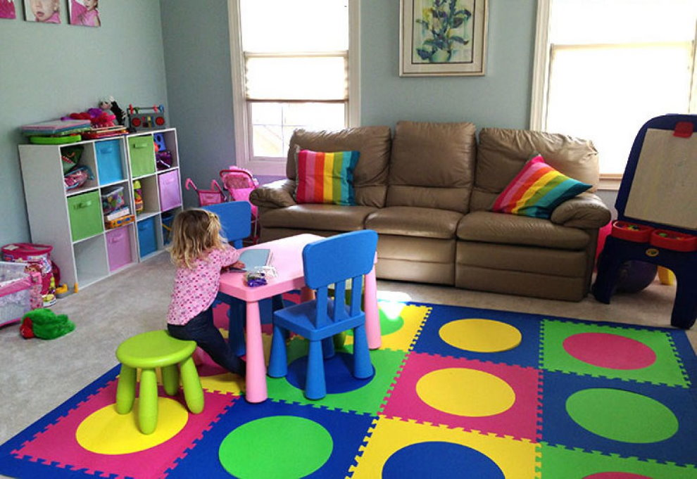 Игровая зона детской комнаты с мягким ковром