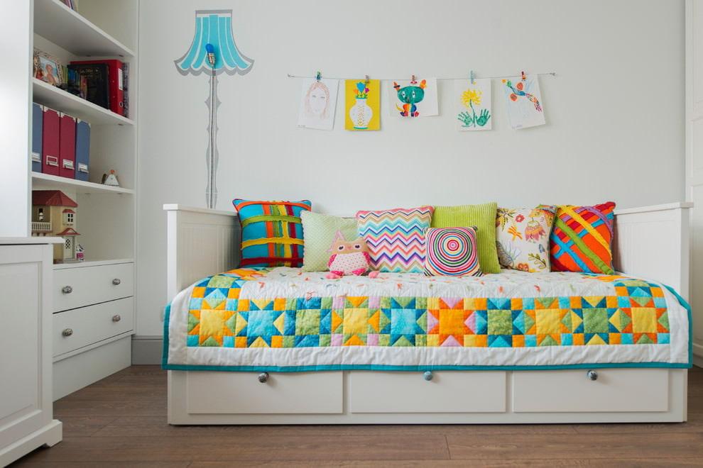 Яркие узоры на детском одеяле