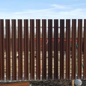 забор из евроштакетника декор