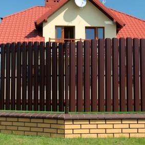 забор из евроштакетника идеи декора