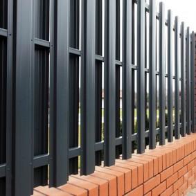 забор из евроштакетника виды