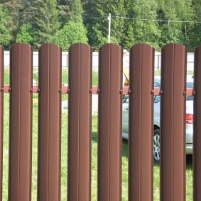забор из евроштакетника оформление