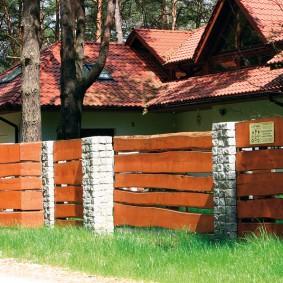 деревянный забор из камня и досок
