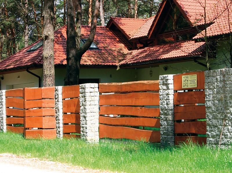 забор из камня и досок