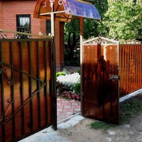 забор из поликарбоната оформление фото