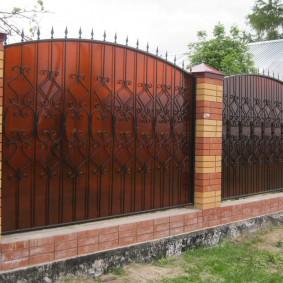забор из поликарбоната варианты