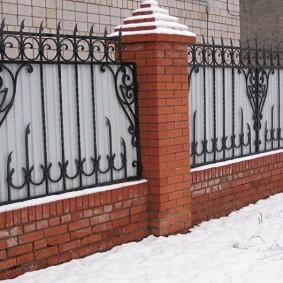 забор из профлиста с кованой решеткой