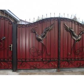 забор из профлиста декор ковкой