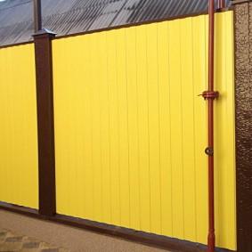 забор из профлиста желтый