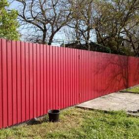 забор из профлиста красный