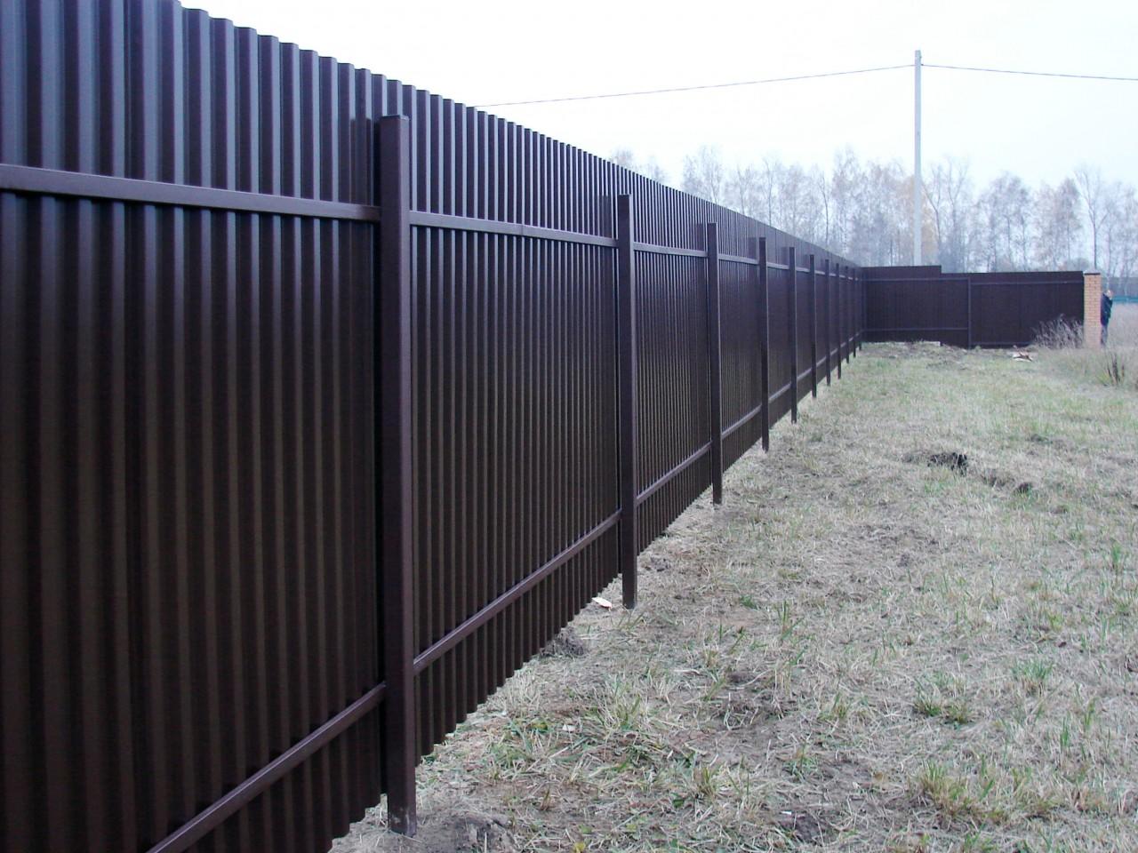 забор из профнастила на сваях