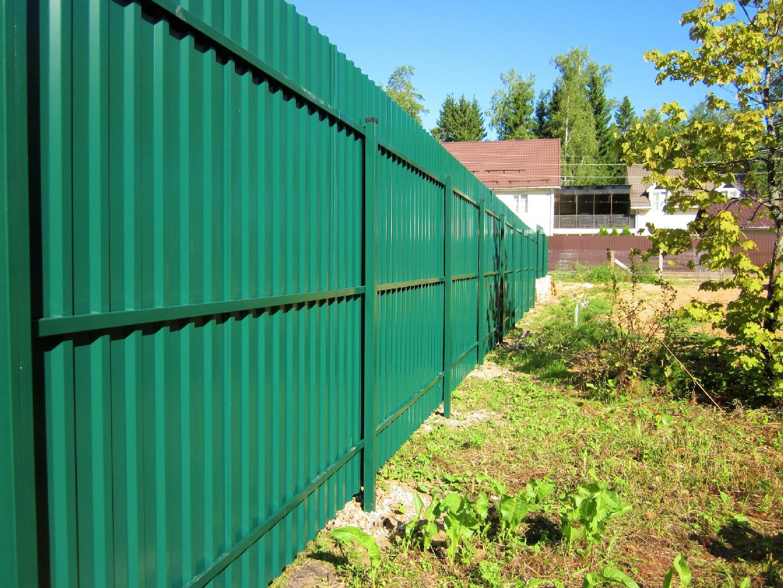 забор из профнастила со сваями