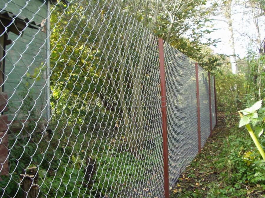 Простой дачный забор на основе сетки рабицы