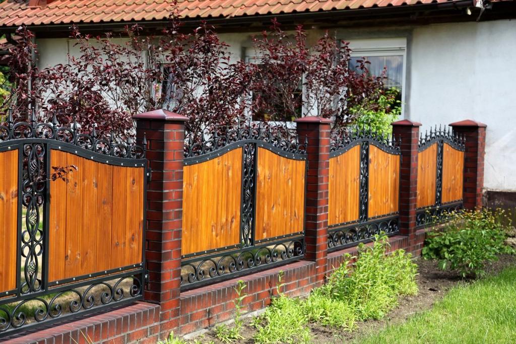Лакированные доски на заборе комбинированного типа
