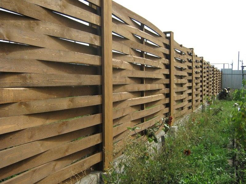 Современный забор плетень из тонких досок
