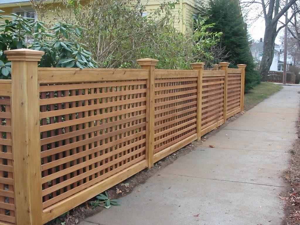 Деревянная ограда участка в виде решетки из реек