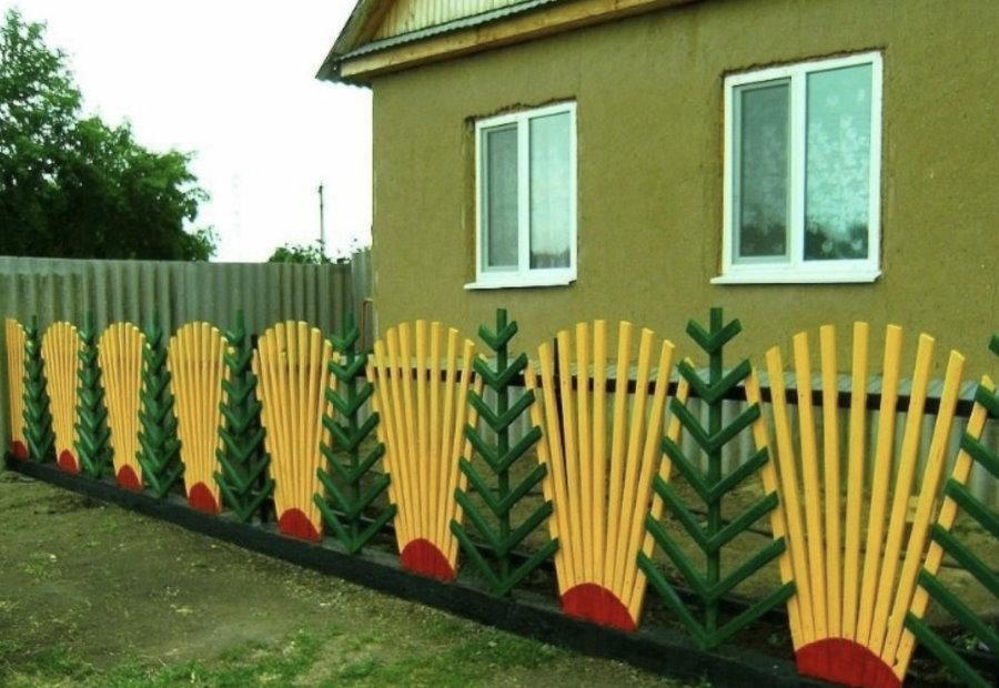Яркий забор в палисаднике дачного домика