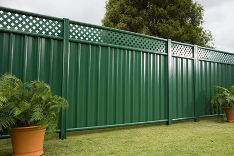Забор из профнастила с декором фото