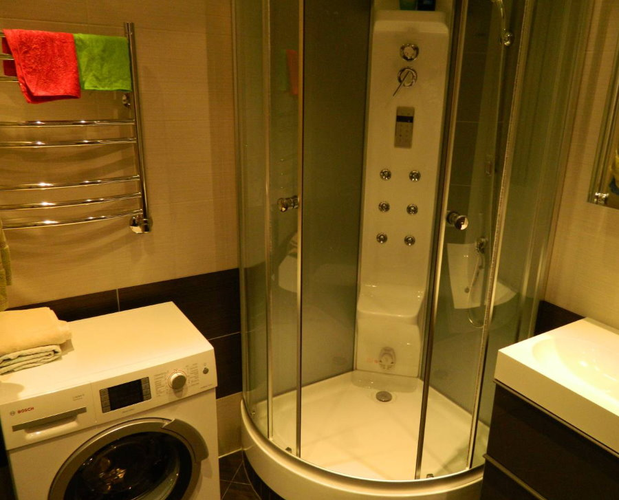 Компактная душевая кабинка в ванной со стиральной машиной