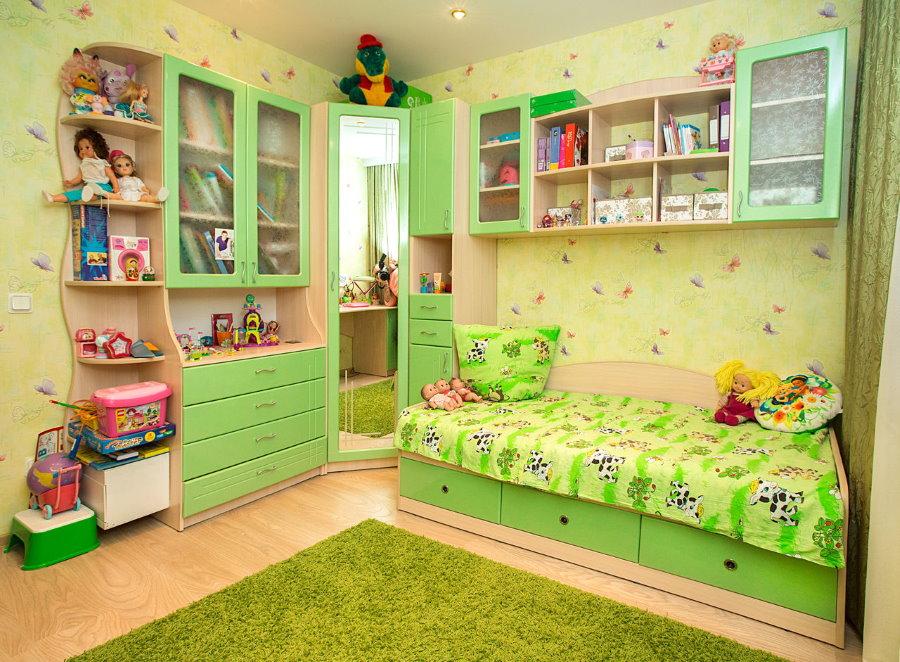 Зеленый коврик в комнате девочки