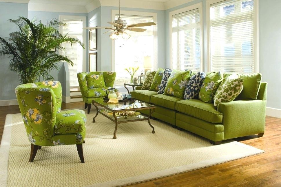 Декоративные подушки на зеленом диване в зале