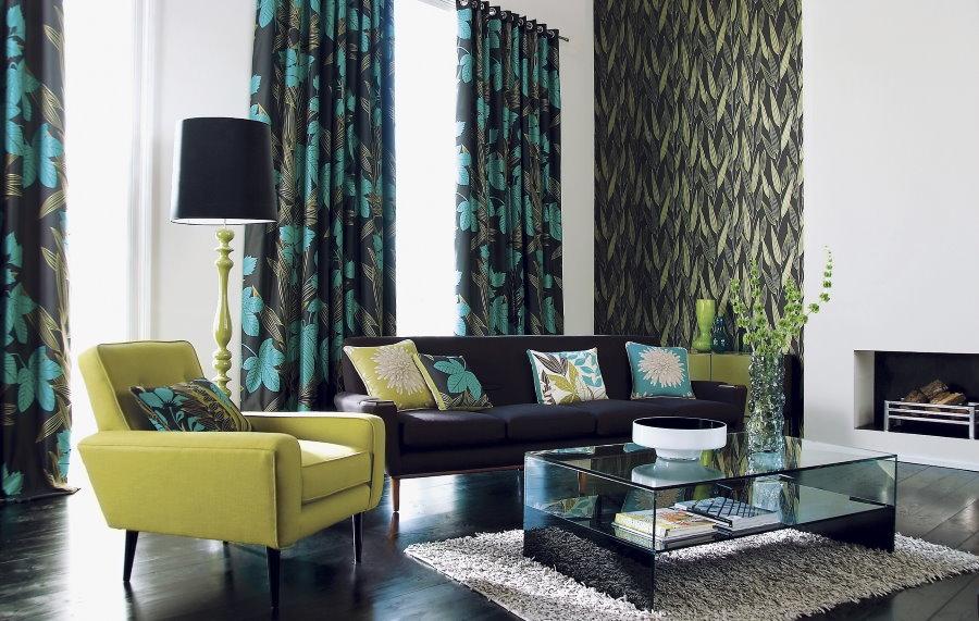 Занавески с зелеными тонами в гостиной с темным полом