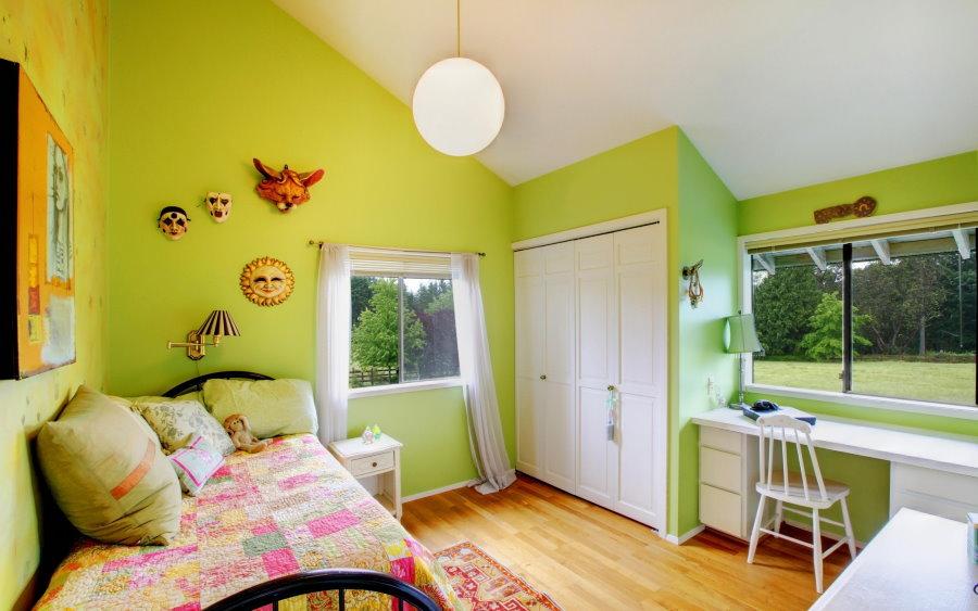 Светло-зеленые стены в детской комнате
