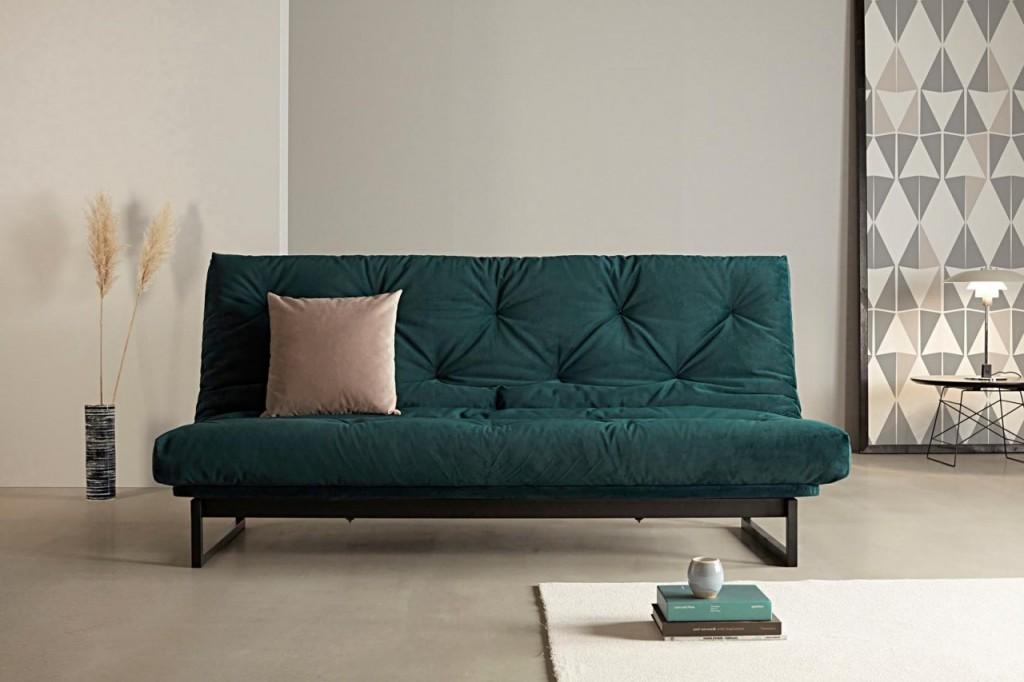 Темно-зеленый диван на тонких ножках