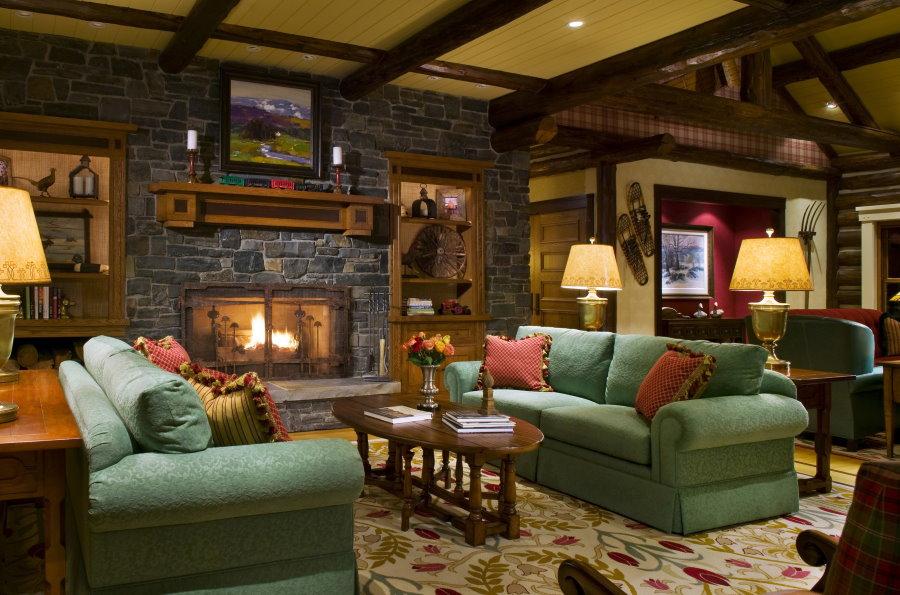 Зеленые диваны в гостиной деревенского стиля