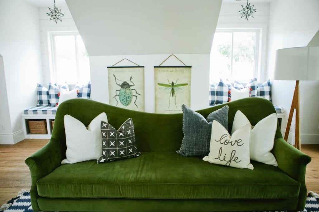Зеленый диван в интерьере мансардной комнаты