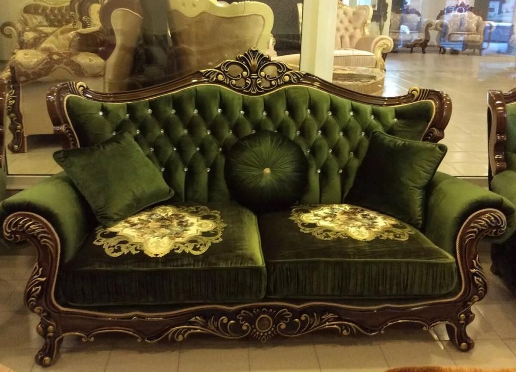 Шикарный диван с резьбой в стиле барокко