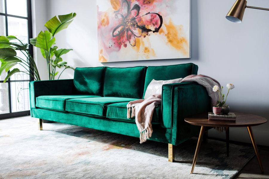 Зеленый диван в дизайне современной гостиной
