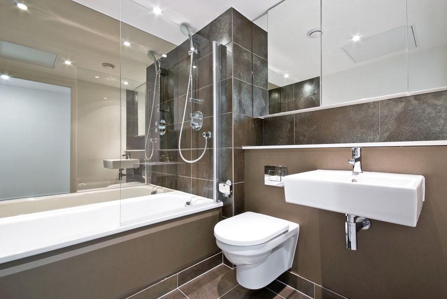 Зеркальная стена в ванной с унитазом