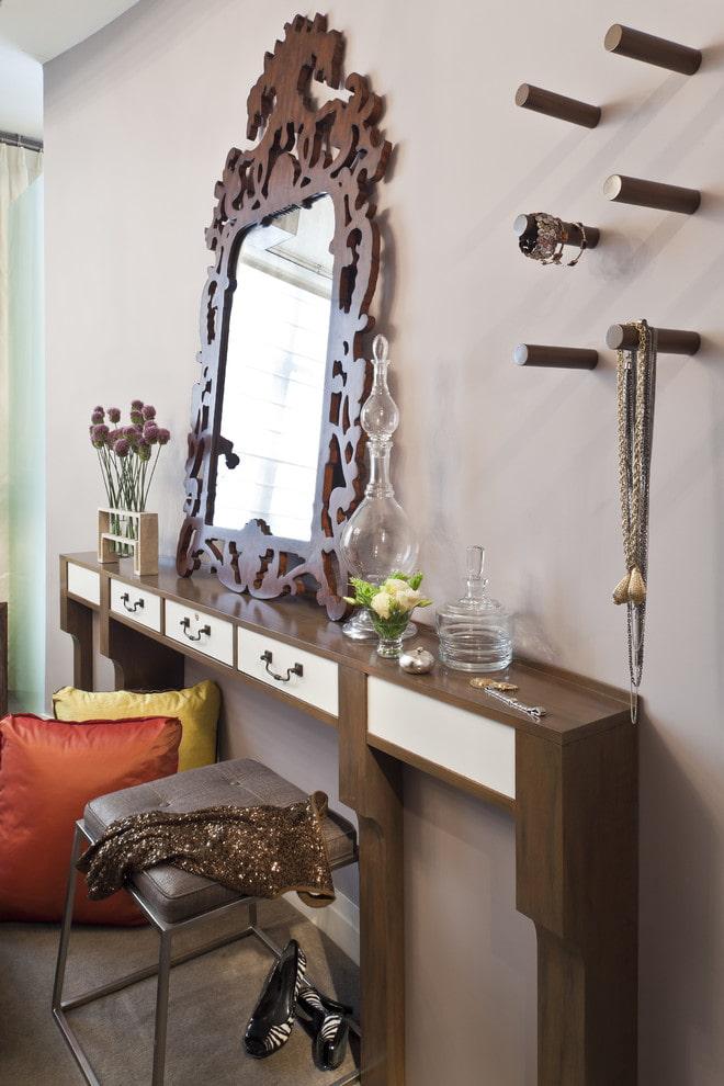 Зеркало в рамке на узком туалетном столике