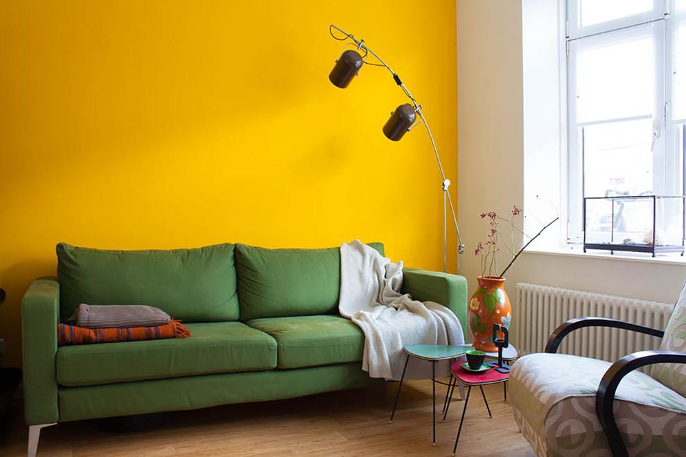 Зеленый диван около желтой стены