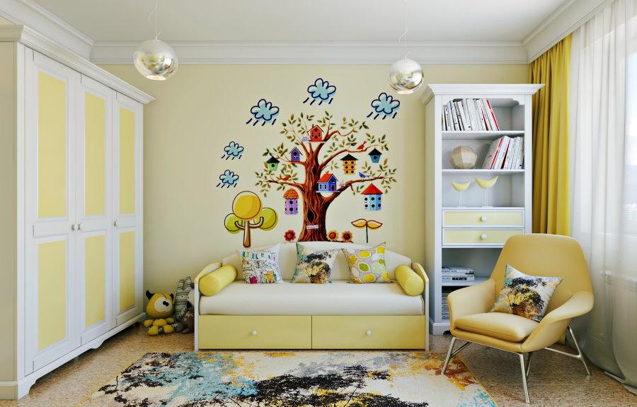 Светло-желтые обои с рисунком на стене детской