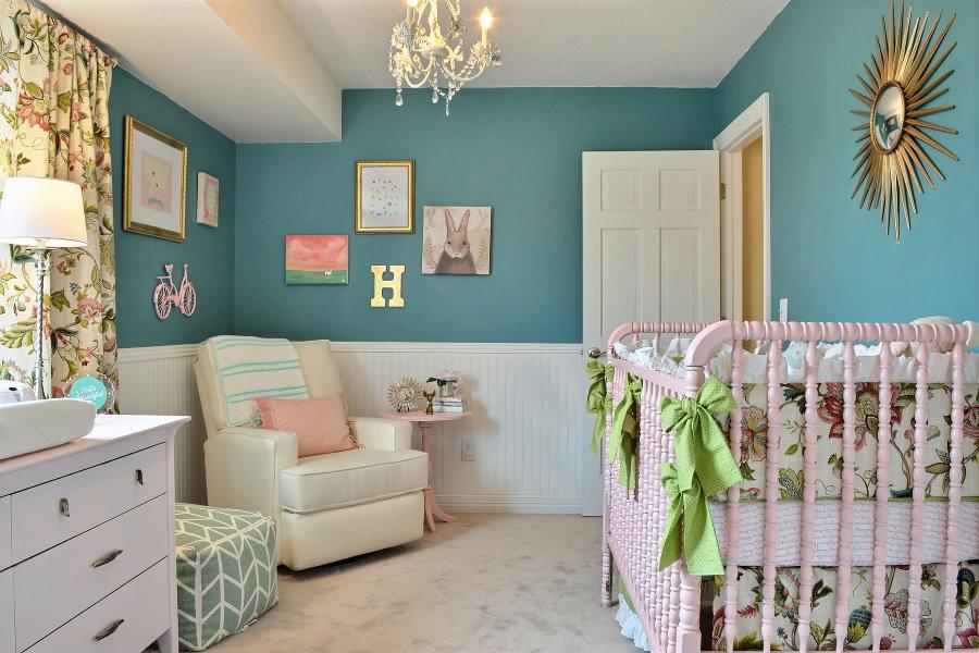 Бирюзово-белые стены в комнате новорожденного