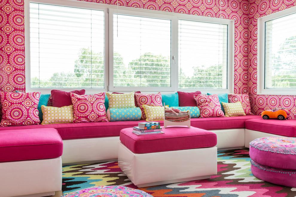 Розовые подушки диванчиков в комнате девочки