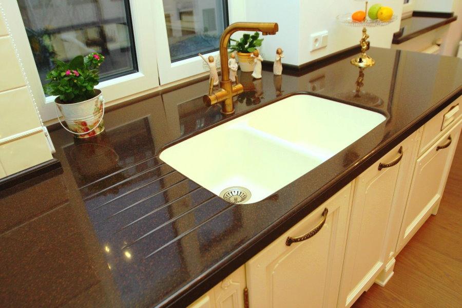 Темная кухонная столешница из акрилового камня