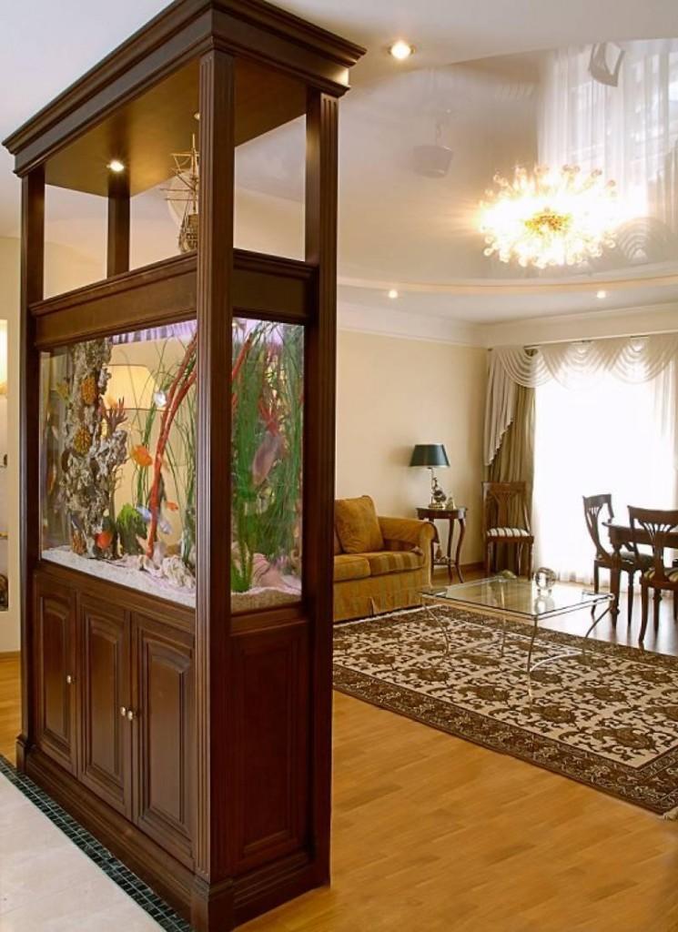 Аквариум в деревянной перегородке между коридором и гостиной